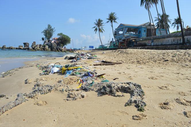 Rác trên bãi biển Phú Quốc