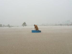 nhiều nơi tại phú quốc bị chia cắt hoàn toàn, nước ngập qua đầu Nhiều nơi tại Phú Quốc bị chia cắt hoàn toàn, nước ngập qua đầu 9a5c930ad79bb3711a9ef39fe92a913d 300x225