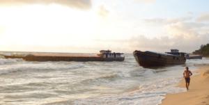 mới giải cứu 1 trong  5 sà lan bị sóng đánh mắc cạn trên bãi biển phú quốc Mới giải cứu 1 trong  5 sà lan bị sóng đánh mắc cạn trên bãi biển Phú Quốc c218bef7f6a3a0b99007e7f7f8348919 300x151