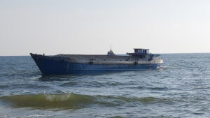 phú quốc: kéo ra biển thành công sà lan thứ 3 bị sóng đánh dạt vào bờ Phú Quốc: Kéo ra biển thành công sà lan thứ 3 bị sóng đánh dạt vào bờ f2266a99b57b8ef4ae44bd1a572db3fe 300x169