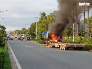 xe đầu kéo cháy ngùn ngụt, cả trăm người vui vẻ đứng livestream - 8f16dbe776536fbb6114e07889812875-300x225 - Xe đầu kéo cháy ngùn ngụt, cả trăm người vui vẻ đứng livestream