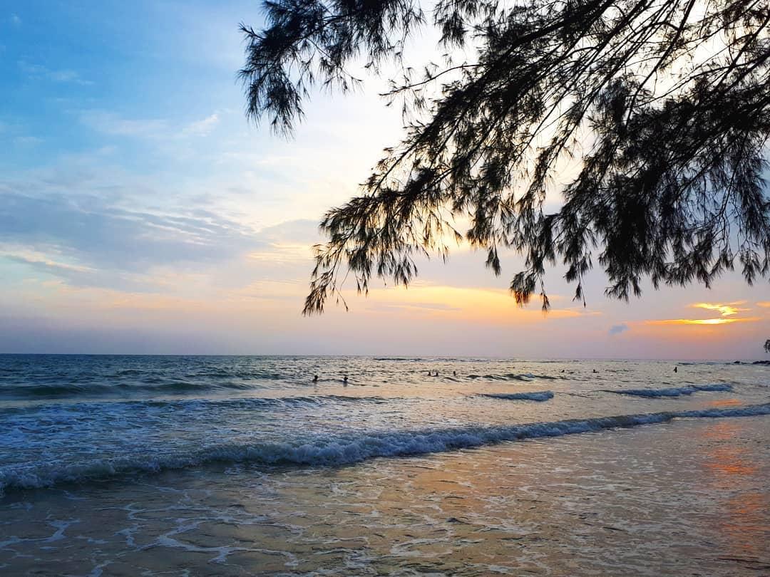 """Canh-hoang-hon-tren-bai-ong-lang-phu-quoc-WikiPhuQuoc bãi ông lang - Canh-hoang-hon-tren-bai-ong-lang-phu-quoc-WikiPhuQuoc - Bãi Ông Lang – """"ốc đảo bình yên"""" lãng mạn tựa nàng thơ tại Phú Quốc."""
