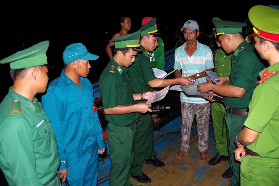 Dân quân xã Hàm Ninh cùng cán bộ, chiến sĩ Đồn Biên phòng An Thới, Công an huyện Phú Quốc, tuần tra và tuyên truyền, phổ biến pháp luật cho người dân.