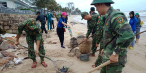 Lễ Quốc khánh 2.9: Gần 100 người dọn rác bãi biển Phú Quốc b728e9d9e6d89bf99181e7a533d5ef11 300x150