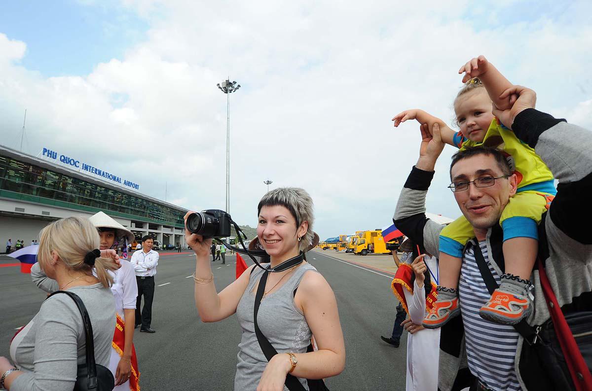 Du khách nước ngoài đến Phú Quốc ngày càng tăng - Ảnh: KHOA NAM  - Du-khách-nước-ngoài-đến-Phú-Quốc-ngày-càng-tăng-Ảnh-KHOA-NAM - Phú Quốc thiếu nhân lực du lịch trầm trọng.