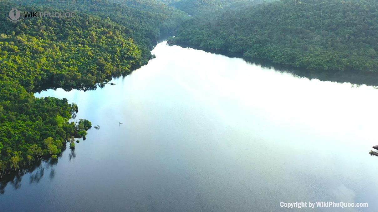 Mặt nước yên ả, thanh tịnh với hơi thở trong lành từ cây xanh (ảnh sưu tầm) hỒ dƯƠng ĐÔng - Mặt-nước-yên-ả-thanh-tịnh-với-hơi-thở-trong-lành-từ-cây-xanh-ảnh-sưu-tầm - HỒ DƯƠNG ĐÔNG – hồ nước ngọt xanh, sạch, đẹp lớn nhất Phú Quốc.