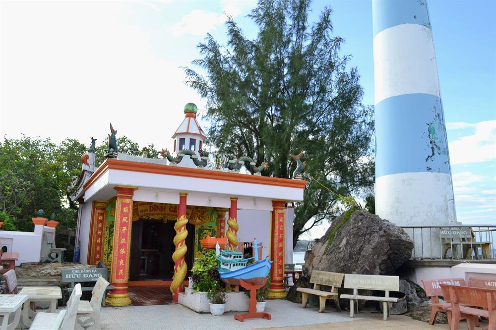 Ngôi miếu Dinh Cậu Phú Quốc xưa bên cạnh ngọn hải đăng (Ảnh: Sưu tầm) dinh cậu phú quốc - Ngôi-miếu-Dinh-Cậu-Phú-Quốc-xưa-bên-cạnh-ngọn-hải-đăng-Ảnh-Sưu-tầm - DINH CẬU PHÚ QUỐC – Điểm du lịch linh thiêng tuyệt sắc