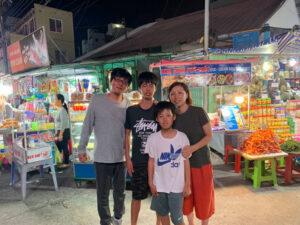 - bb6ed0c6bba7d3654cf934bbfde4ff02-300x225 - Gia đình du khách Nhật được tận hưởng chợ đêm Phú Quốc dẫu 'trắng tay'