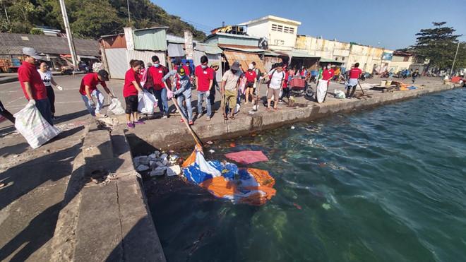 - bc1915fa1c2a6f5efd914f29a4acf731 - Hơn 300 bạn trẻ làm vệ sinh cảng biển Phú Quốc phú quốc - bc1915fa1c2a6f5efd914f29a4acf731 - WIKI PHU QUOC || ✅ Trang tin tức Đảo Ngọc Phú Quốc.