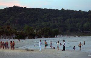 Du khách quốc tế tắm biển tại bãi Khem, huyện đảo Phú Quốc covid 19 tại phú quốc - Du-khách-quốc-tế-tắm-biển-tại-bãi-Khem-huyện-đảo-Phú-Quốc-300x192 - Phú Quốc vững vàng phòng, chống dịch COVID-19.