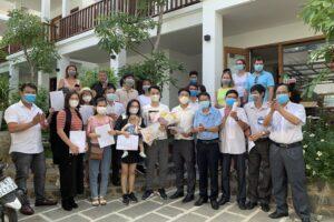 Giám đốc Trung tâm y tế huyện Phú Quốc trao quyết định và giấy xác nhận hoàn thành cách ly. Ảnh H.D ca covid-19 số 54 tại phú quốc - Giám-đốc-Trung-tâm-y-tế-huyện-Phú-Quốc-trao-quyết-định-và-giấy-xác-nhận-hoàn-thành-cách-ly - 50 người tiếp xúc với ca COVID-19 số 54 tại Phú Quốc đã hoàn thành cách ly.