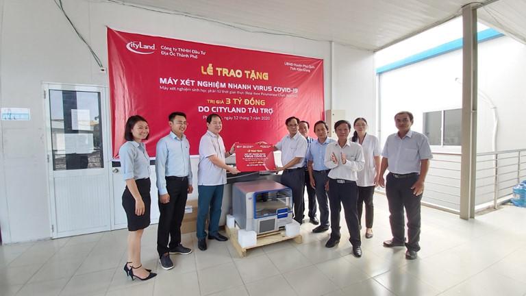 Trung tâm Y tế Phú Quốc được tặng máy xét nghiệm Covid-19  - Trung-tâm-Y-tế-Phú-Quốc-được-tặng-máy-xét-nghiệm-Covid-19 - Trung tâm Y tế Phú Quốc được tặng máy xét nghiệm Covid-19