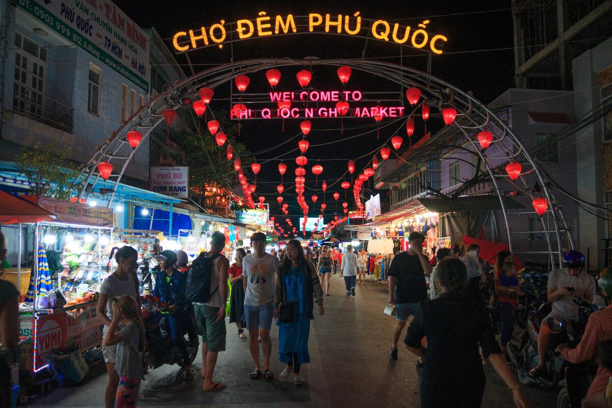 Chợ đêm Phú Quốc - một trong những điểm đến thu hút du khách. Ảnh: Khương Nha.  - phu-quoc-chuyen-minh-nho-thu-hut-dau-tu-ben-vung_5f9d4de6104ef - Phú Quốc chuyển mình nhờ thu hút đầu tư bền vững