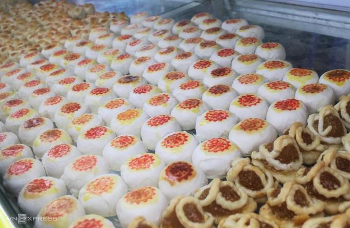Bánh khéo nhỏ nhắn được làm từ bột mì với đủ hình dáng và các loại nhân như dừa, khoai môn, đậu xanh... Món bánh không chỉ gây thích mắt với du khách mà còn ít béo, ngọt thanh, dễ ăn với giá từ 30.000 đến 60.000 đồng/phần. - WikiLand  - dac-san-phu-quoc-02-jpg-1929-1-8012-6749-1620723179 - 8 đặc sản làm quà trong chợ đêm Phú Quốc