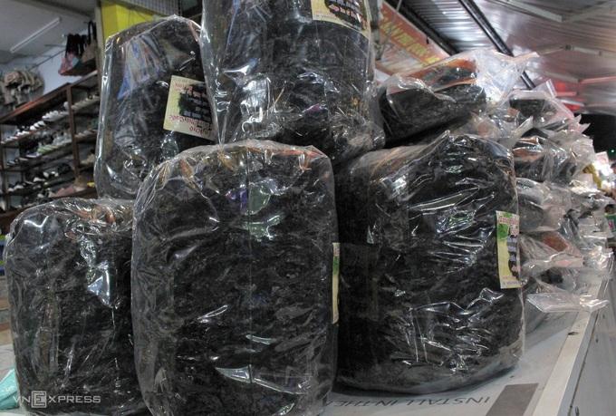 Tại chợ đêm cũng bán các loại rong biển sấy khô, được chia thành các gói nhỏ. Mỗi gói 5 miếng giá 55.000 đồng. Rong biển có thể chế biến thành nhiều món ăn thanh mát, bổ dưỡng nên được nhiều du khách ưa chuông. Rong được thu hái và chế biến tại đảo nên vẫn giữ được độ thơm, giòn. Ngoài ra, du khách có thể mua rong biển cháy tỏi đã được tẩm ướp gia vị để nhăm nhi trong khi tham quan chợ. - WikiLand  - dac-san-phu-quoc-03-jpg-2282-1-7032-6988-1620723177 - 8 đặc sản làm quà trong chợ đêm Phú Quốc