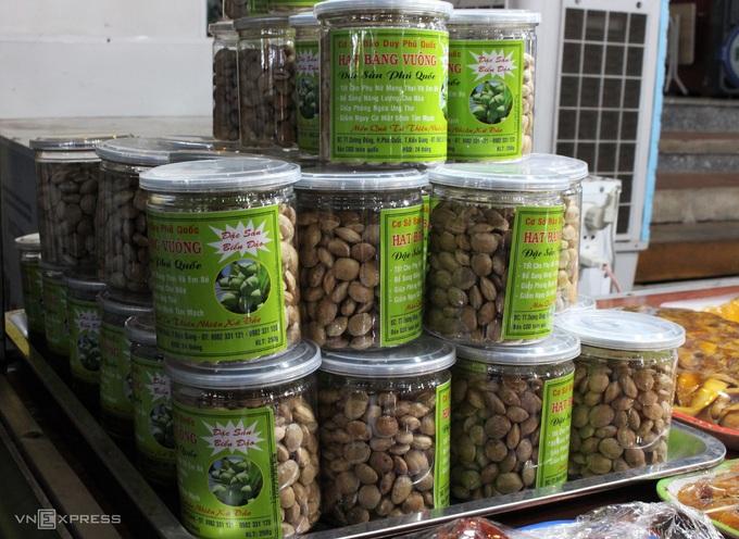 Dù không nổi tiếng như hạt bàng ở Côn Đảo nhưng Phú Quốc cũng có loại đặc sản này. Hạt bàng Phú Quốc được rang khô rồi đem đóng hộp, không thêm muối hay đường trong quá trình rang nên khi ăn vẫn còn nguyên vị bùi bùi, ngọt nhẹ của thức quà biển đảo. - WikiLand  - dac-san-phu-quoc-04-jpg-9728-1-3093-5976-1620723181 - 8 đặc sản làm quà trong chợ đêm Phú Quốc