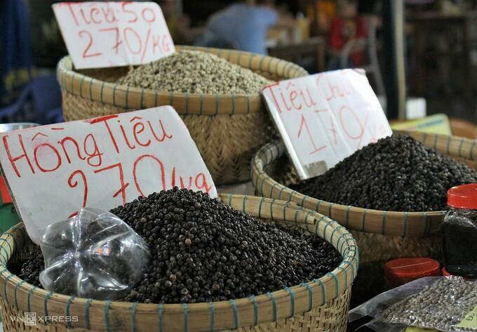 Phú Quốc là nơi có diện tích trồng tiêu lớn nhất miền Tây nên còn được mệnh danh là Vương quốc hồ tiêu. Hai loại tiêu hiện được trồng nhiều trên đảo là tiêu giống Hà Tiên và Phú Quốc, có hạt mẩy, tròn và cay nồng, thơm ngon., thường được cho vào món ăn để át bớt mùi tanh của hải sản. - WikiLand  - dac-san-phu-quoc-05-jpg-161968-8474-3858-1620723176 - 8 đặc sản làm quà trong chợ đêm Phú Quốc