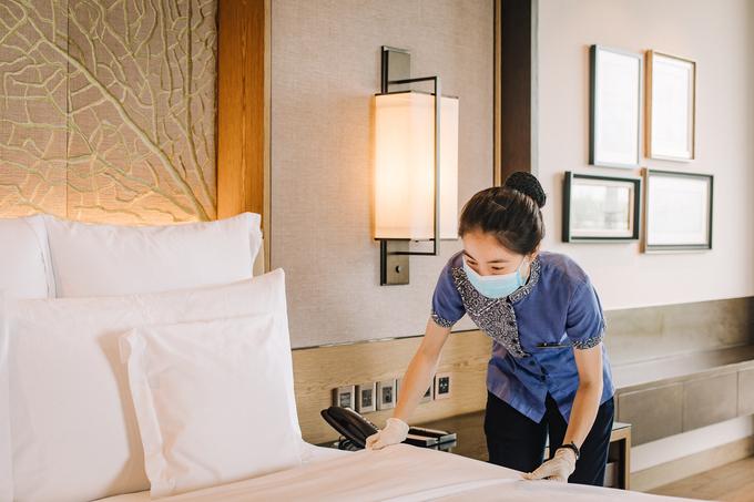 Một nhân viên đang khử trùng, vệ sinh sạch sẽ trên giường nghỉ. - WikiLand  - tiv3451-6821-1622714391 - InterContinental Phu Quoc đảm bảo vệ sinh, nâng cao chất lượng mùa dịch