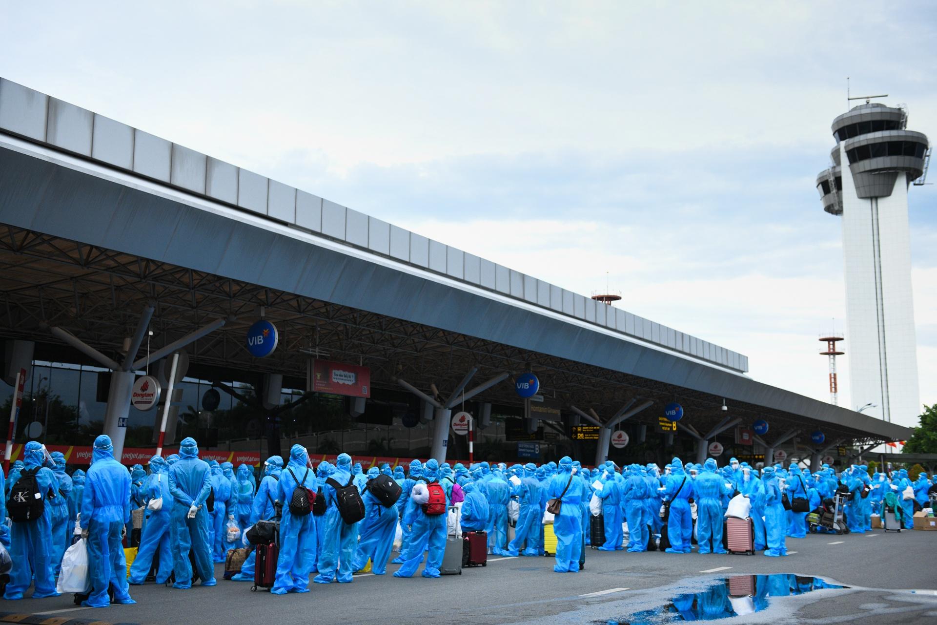 san bay Tan Son Nhat,  dich benh bung phat anh 1  - san_bay_zing_7721 - Sắc xanh áo bảo hộ phủ kín nhà ga hàng không Tân Sơn Nhất