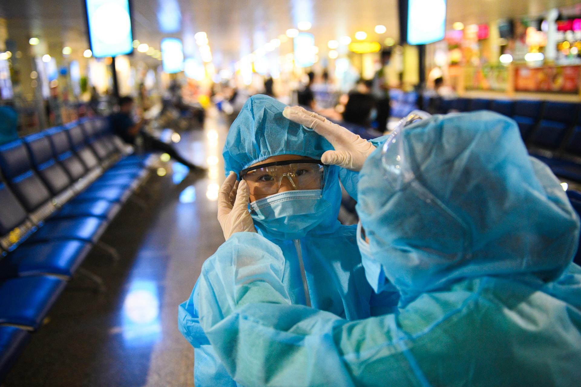 san bay Tan Son Nhat,  dich benh bung phat anh 5  - san_bay_zing_7776 - Sắc xanh áo bảo hộ phủ kín nhà ga hàng không Tân Sơn Nhất