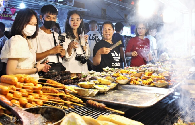 Chợ đêm Phú Quốc hút khách tháng 5/2021. Ảnh: Huỳnh Nhi - WikiLand  - cho-dem-phu-quoc-05-jpg-161950-9598-1509-1634871784 - Khách nội địa có thể đến Phú Quốc từ tháng 11 trang tin tức thành phố phú quốc - cho-dem-phu-quoc-05-jpg-161950-9598-1509-1634871784 - WIKI PHU QUOC || ✅ Trang tin tức Thành Phố Phú Quốc.